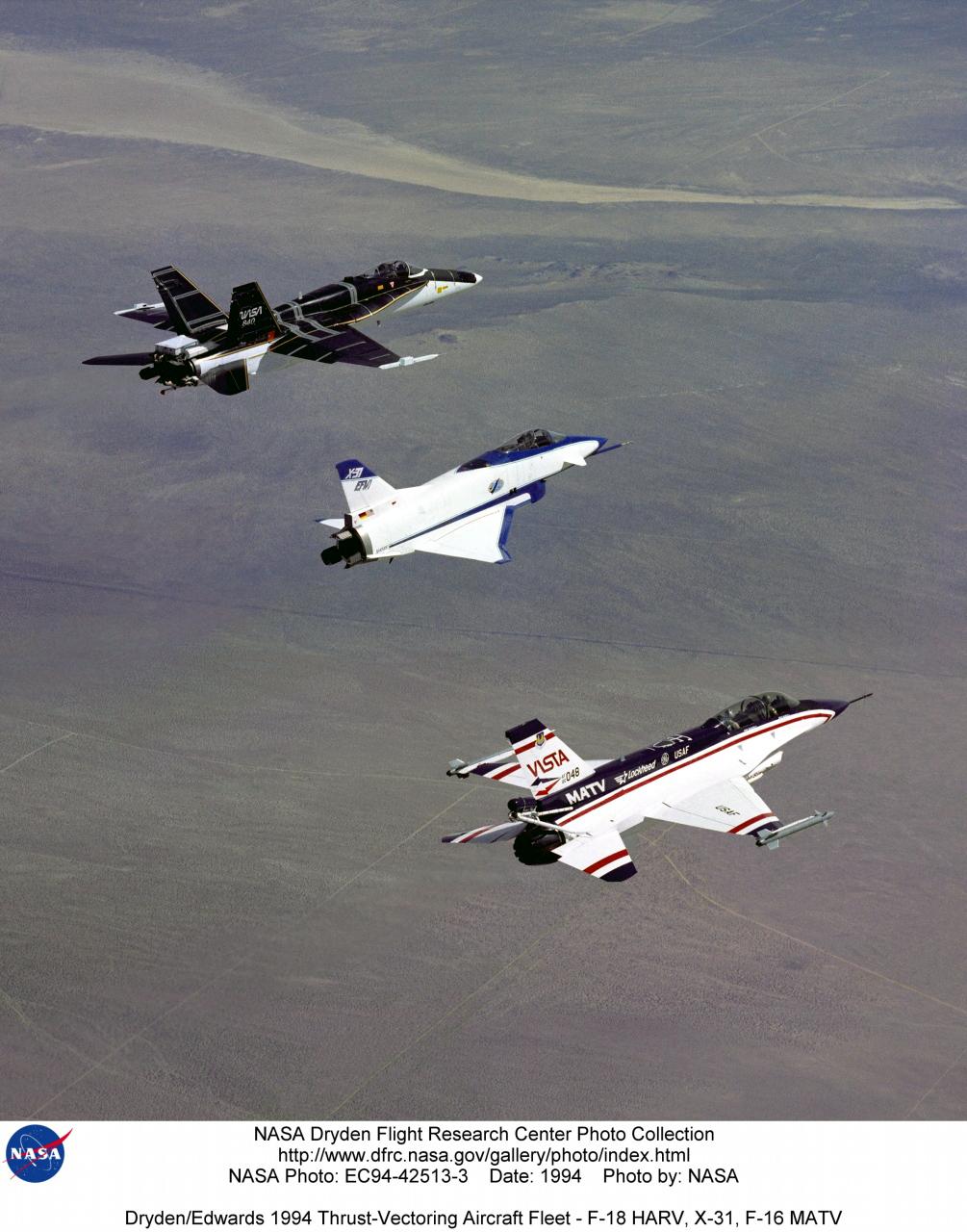 В полете - три летающие лаборатории NASA для отработки управления вектором тяги на самолетах-истребителях.