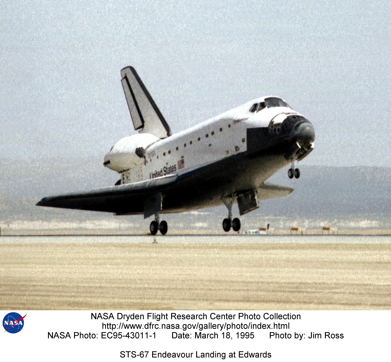 STS EC95-43011-1: STS-67 Endeavour Landing at Edwards